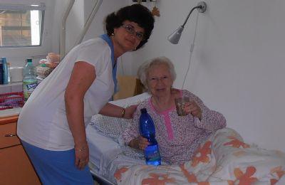 Seniorom pomáhajú v handlovskej nemocnici dodržiavať pitný režim