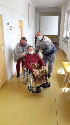 Klienti Senior centra Svätej Kataríny sa po mesiacoch dočkali návštevy svojich blízkych