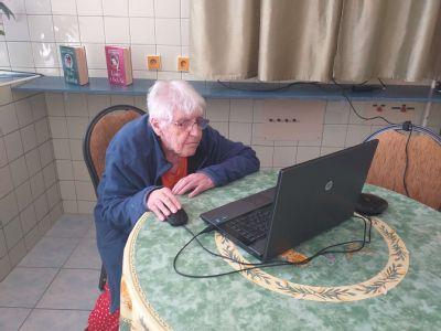 Seniori komunikujú s príbuznými prostredníctvom videohovorov