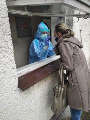 V handlovskej nemocnici otestovali počas víkendu 509 ľudí. Výborná organizácia, únava, ale aj ochota a profesionálny prístup  zdravotníkov